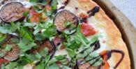 Pizza casera de pera y queso manchego