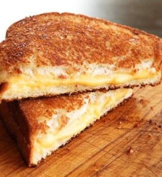 Sandwich de queso manchego pollo y salsa pesto